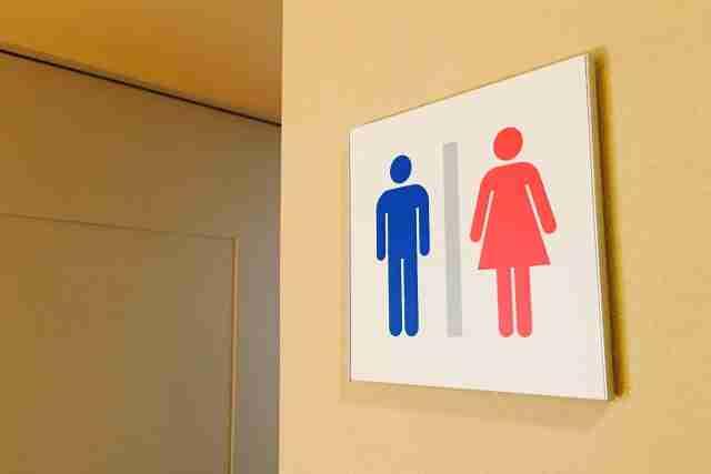 少年ジャンプ編集部のトイレを漫画家がデザイン 「パンツを脱ぐ女性」マーク設置に批判殺到! - エキサイトニュース(1/2)