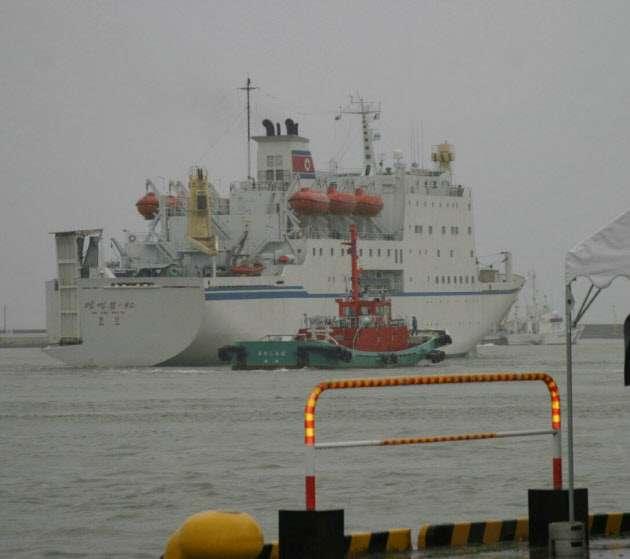 ロシア、北朝鮮支援公然と 万景峰号で新航路  :日本経済新聞