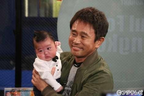 ダウンタウン&坂上忍、生後2ヶ月の鈴木亜美の息子を抱っこ | ORICON NEWS