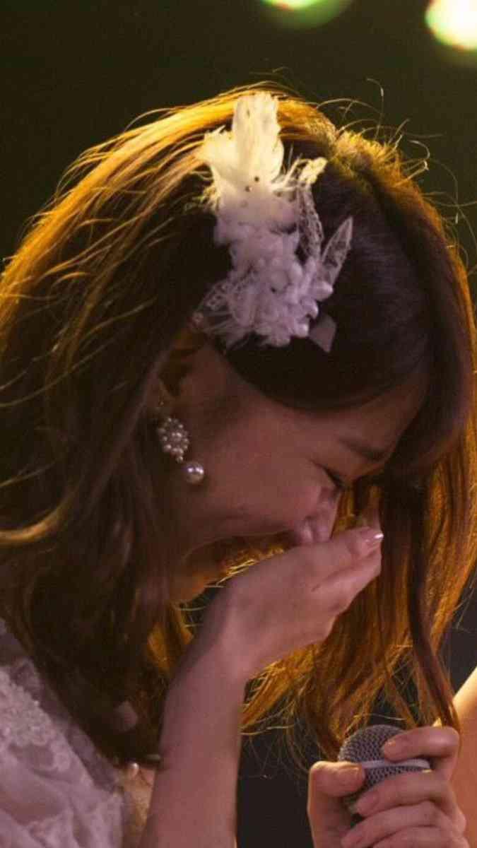 """小嶋陽菜卒業公演での""""疑惑の写真""""が話題 柏木由紀は泣いてるのか笑っているのか…"""