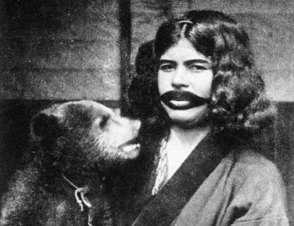 結婚後は唇の周りに髭を模した刺青を入れる。アイヌ女性に伝わる伝統文化を記録した写真 : カラパイア