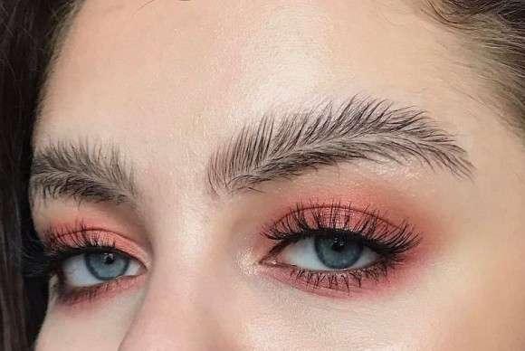 ついにここまで来ちゃったか。眉毛の最終進化系は真ん中ぱっくり分け目の「羽毛眉」へ : カラパイア