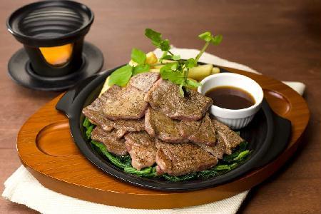 ガスト初!自分で肉を焼きあげる「ビーフカットステーキフェア」あつあつをほお張れ!