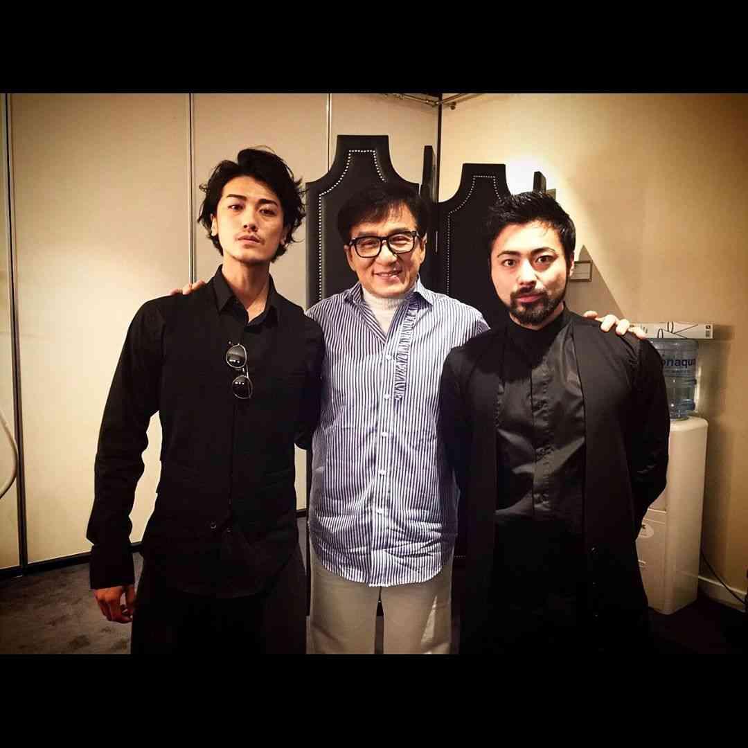 """赤西仁&山田孝之""""JINTAKA""""が世界の有名人と""""豪華3ショット""""「ついに世界へ…」ファンも驚愕"""