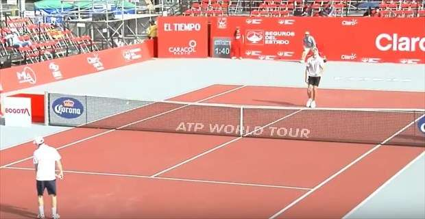 テニス試合後、負けた選手が握手せずに走り去る→理由がわかって大歓声!