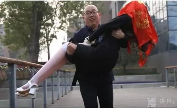 【画像】恋愛を諦めた中国の男性 自作ロボットと結婚式をあげる