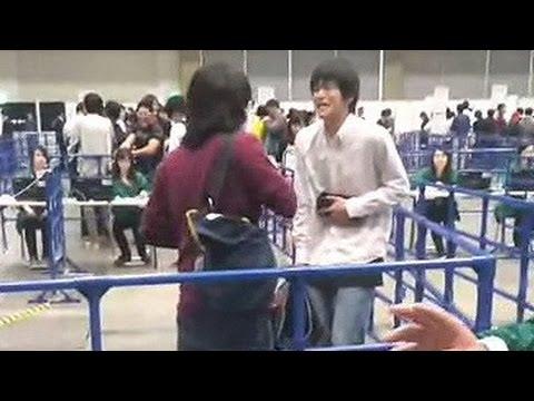 【衝撃映像】 AKB48握手会 キチガイが大暴れ 小栗有以レーン鍵閉め争い - YouTube