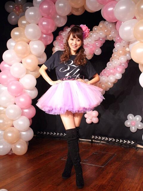 """渡辺美奈代 """"リボンと花とフリル""""のミニスカ衣装を堂々と着こなす"""