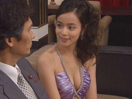 紫ドレスの加藤ローサ