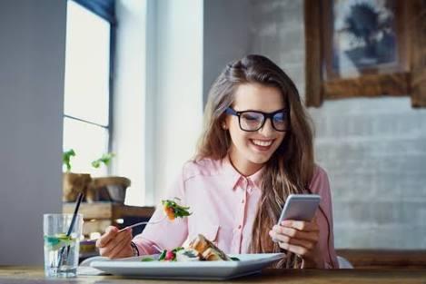 一人で食事中、スマホ見るのはあり?なし?