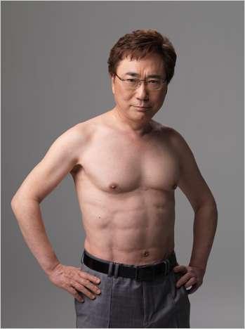 【画像】シルヴェスター・スタローン70歳、見事な腹筋を披露