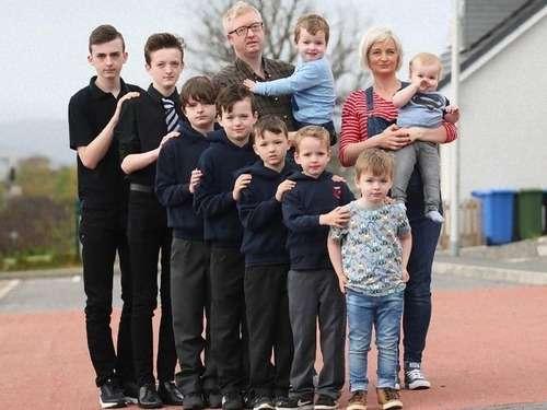 奇跡的な確率、なんと10人の子ども全員が男の子…スコットランドのファミリー