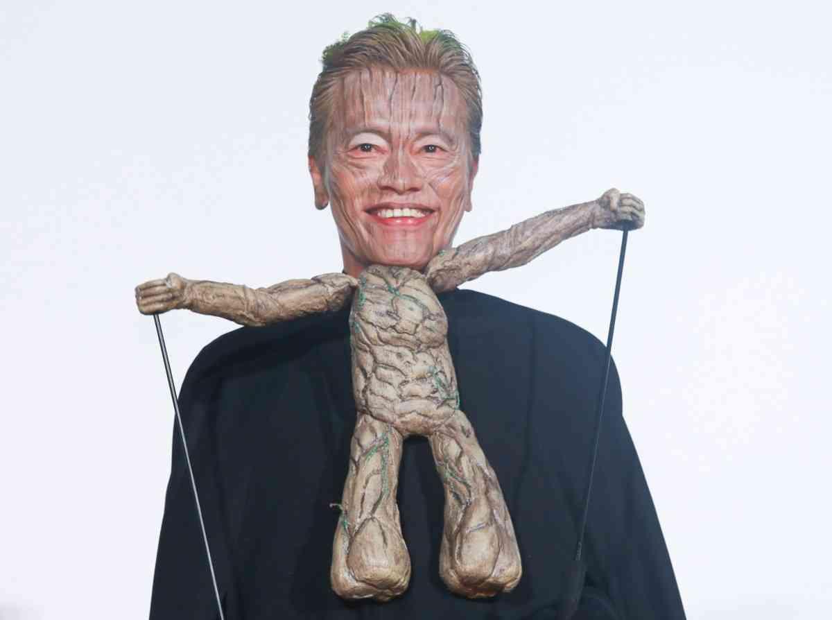 コワモテ遠藤憲一、25センチの木に変身!自分の職業がわからなくなる - シネマトゥデイ