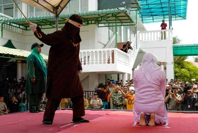 婚前のキスは「反イスラム」 大学生ら8人公開むち打ち:朝日新聞デジタル