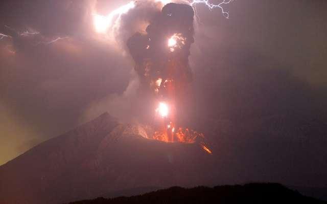 桜島で噴火、鹿児島市内に灰積もる 噴煙は4千メートル (朝日新聞デジタル) - Yahoo!ニュース