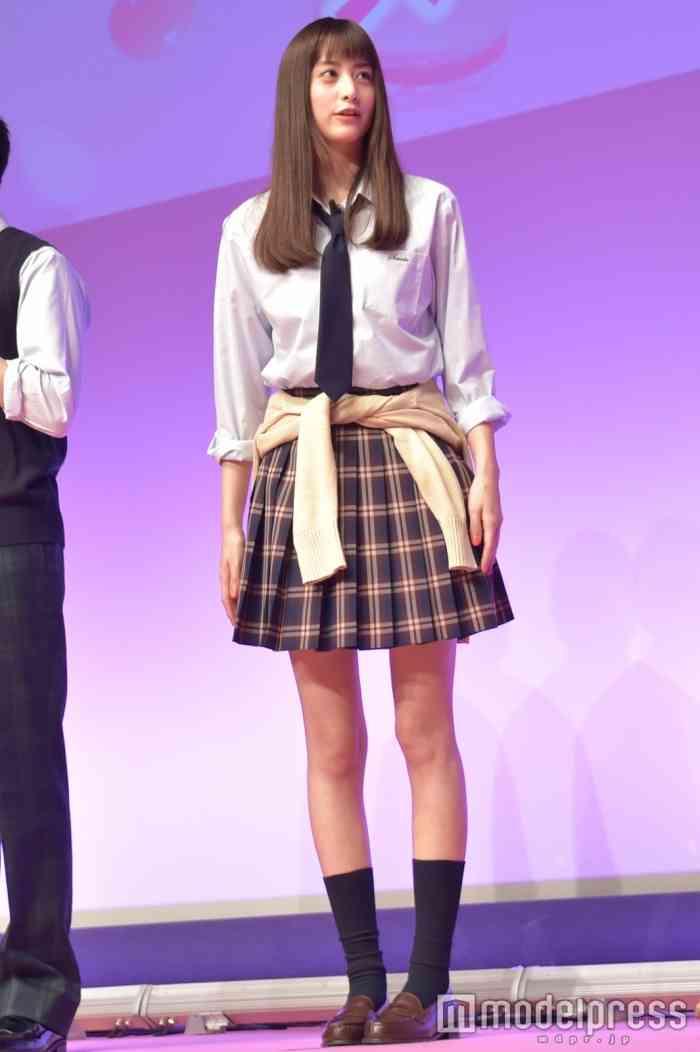 """山本美月、25歳のミニスカ制服姿に「すごい""""スースー""""する」"""