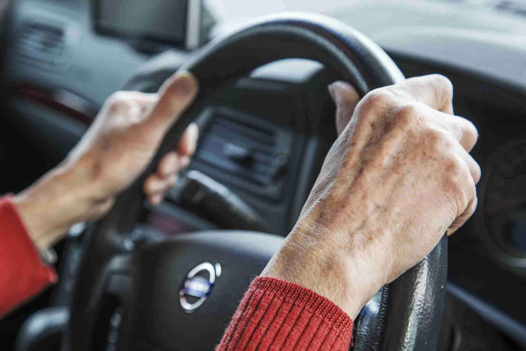 なぜハンドルを握り続けるのか<高齢者事故>90代、生活に車は必需 スーパー徒歩1時間