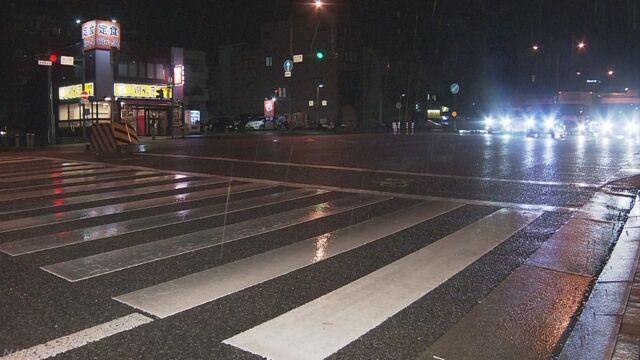 横断中の親子3人はねられ 母親と乳児が重体 7歳もけが | NHKニュース