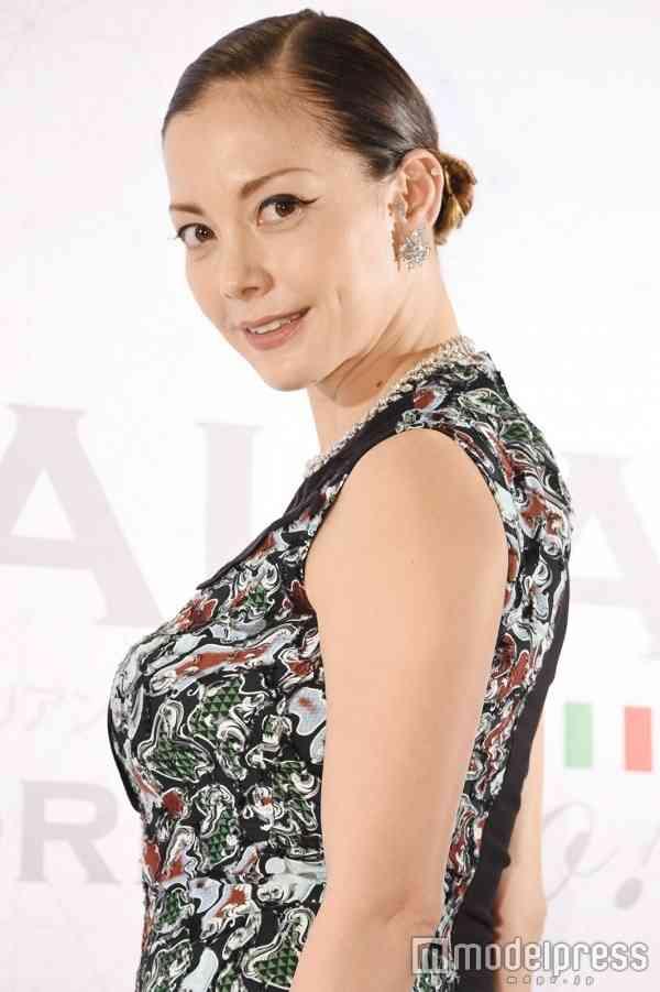 土屋アンナ、深スリットドレスで産後とは思えぬ美脚披露 今後の活動にも言及