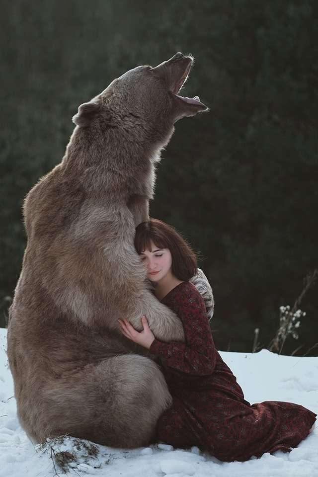 野生のクマと写真を撮りたい…願望を叶えた女性のこだわりの1枚