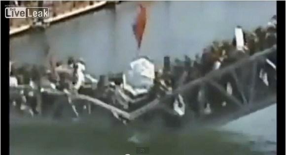 【衝撃映像】中国で完成したばかりの橋に人が殺到 → 通行制限がかかるも観光客が強行突破 → 橋が崩落