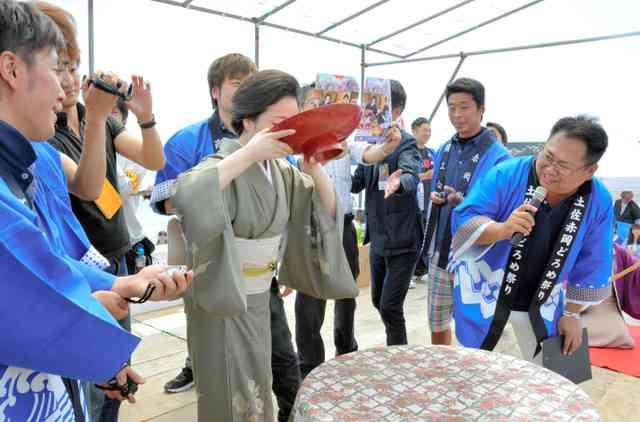 高知「日本酒一升」イッキ飲み大会 「伝統」と「危険」の賛否両論