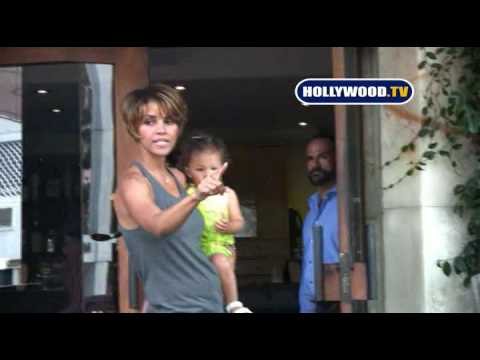 Halle Berry Gets Angry With The Paparazzi  At Barefoot - YouTube