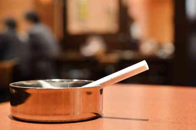 受動喫煙対策:喫煙可能店舗へ未成年入店禁止 自民修正案