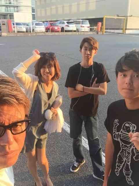 ヒロミ、家族4人の集合写真を公開 次男がヒロミに激似と話題