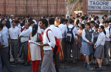 入試会場でブラジャー外すよう命じる、カンニング防止で インド 写真1枚 国際ニュース:AFPBB News