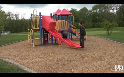 公園でスマホばかり見ている父親から子どもを誘拐する実験 仕掛け人に気付かず、あっさり成功