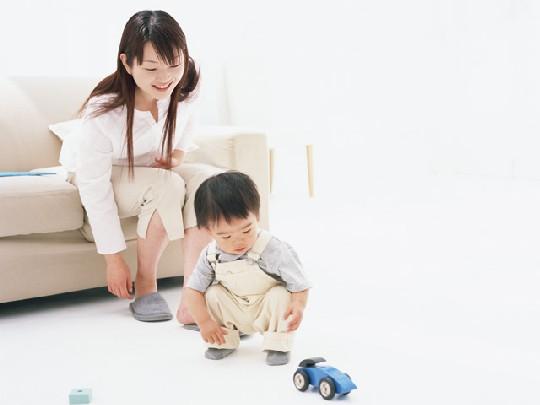 ヘッドバンギングをする子供