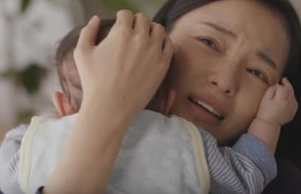 ムーニーのCM、ワンオペ育児の美化だと炎上「母は泣かない」という歌で「ママに寄り添う」コンセプト。父親登場せず