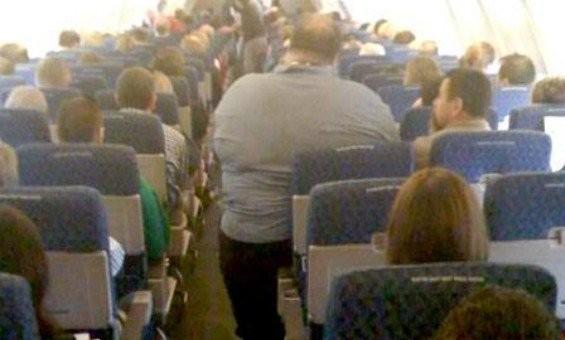 隣席の肥満客に押し潰され14時間のフライト 豪男性、アメリカン航空を訴える