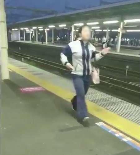 【動画】忘れ物したため駅の非常停止ボタンを押すおばさん 大騒動に   ゴゴ通信