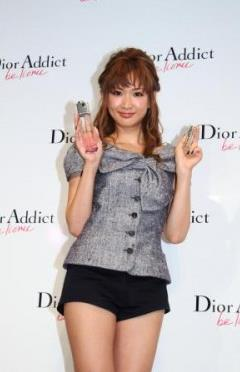 紗栄子、美ヒップ際立つビキニスタイルに釘づけ