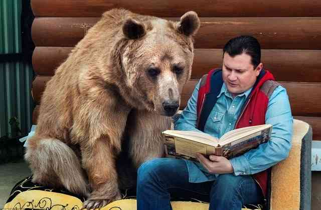「まるで童話の世界みたい」隣りの女性の真似をして家庭菜園を手伝うクマの赤ちゃん(ロシア)