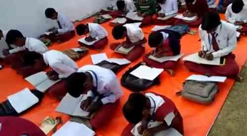 """両手書き""""教えるインドの学校が話題に"""