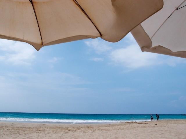 日傘と日焼け止め、どっちが頼りになる? 炎天下の浜辺で紫外線防御を比べたら : J-CASTヘルスケア