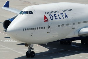 デルタ航空、席譲る乗客に最大百万円 定員超過で補償