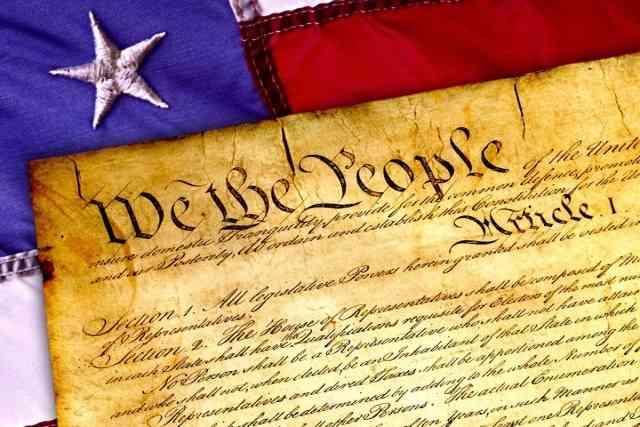 """「憲法って、ただの紙の上に書かれた文章」 役員の""""過激ツイート""""にLINEが厳重注意"""