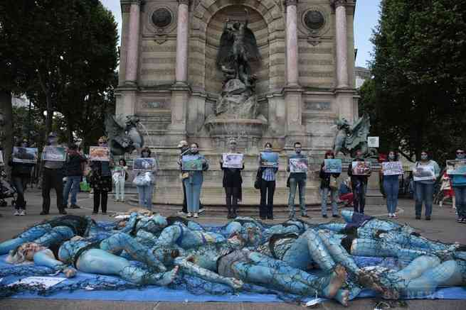 「魚を苦しめないで」 パリで菜食主義団体が魚になりきり抗議活動 : 海外の万国反応記