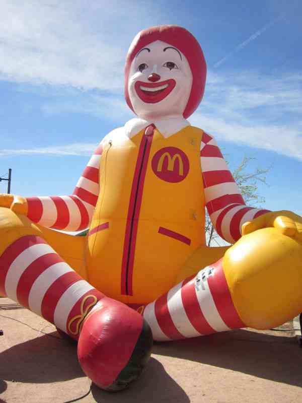 【閲覧注意】マクドナルドのバルーンが破れた結果、大変な事態に…