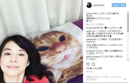 ニャンコに挟まれパワーチャージ 猫好きを極めた石田ゆり子に癒やされる人続出