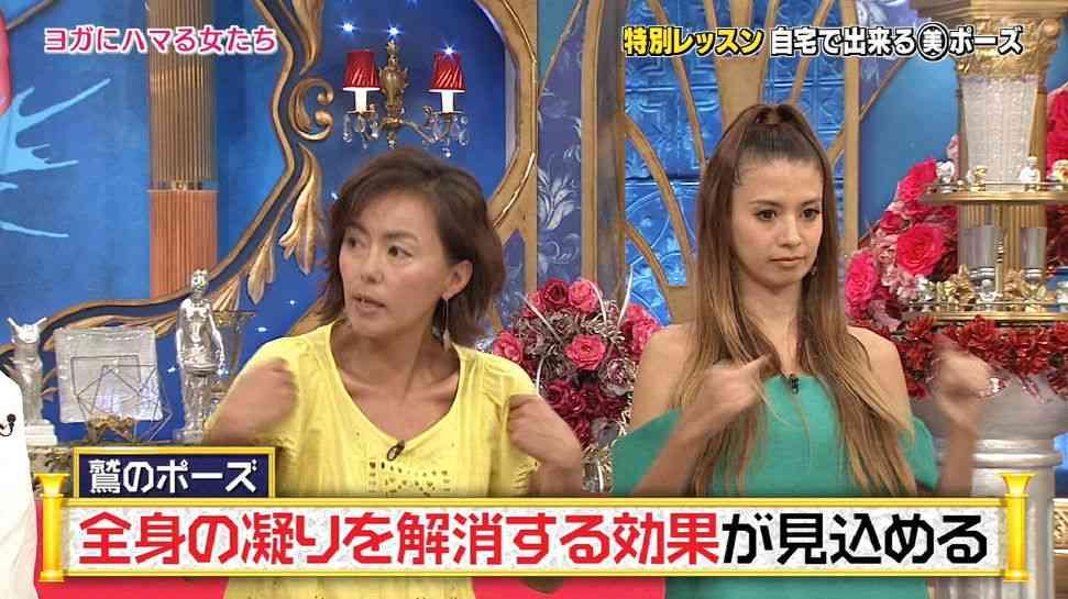 吉川ひなのが航空機のエコノミー席でとるヨガのポーズを披露しスタジオ騒然