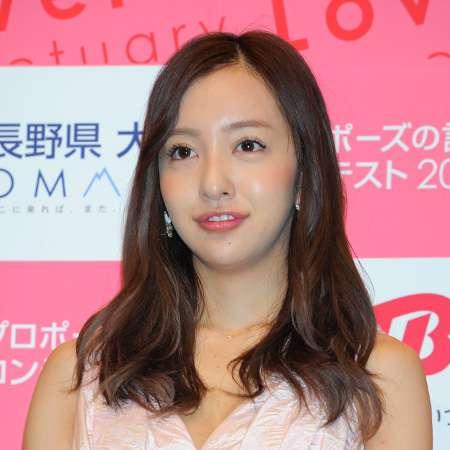 主演映画の会見でマナー違反、板野友美の挙動不審ぶりに中国メディアがあ然!