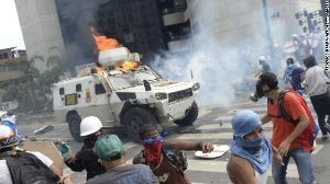 【天安門】ベネズエラ反政府デモで36人死亡、装甲車が若者を轢く(閲覧注意・ショッキング動画あり)   保守速報