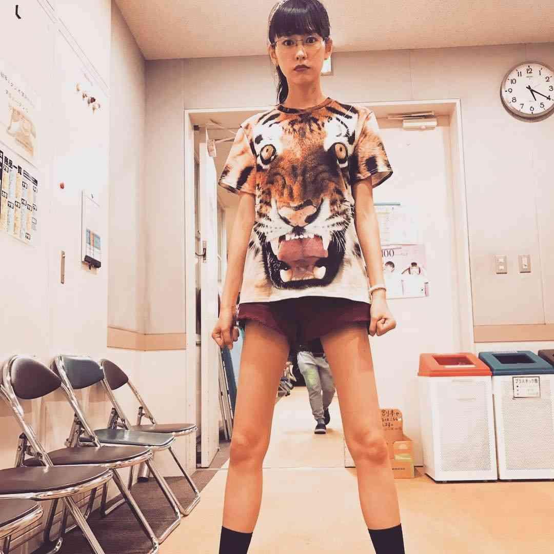 """桐谷美玲、ショーパンでスラリ美脚全開 女子モドキ""""ダサコーデ""""すら「可愛い」「オシャレ」"""