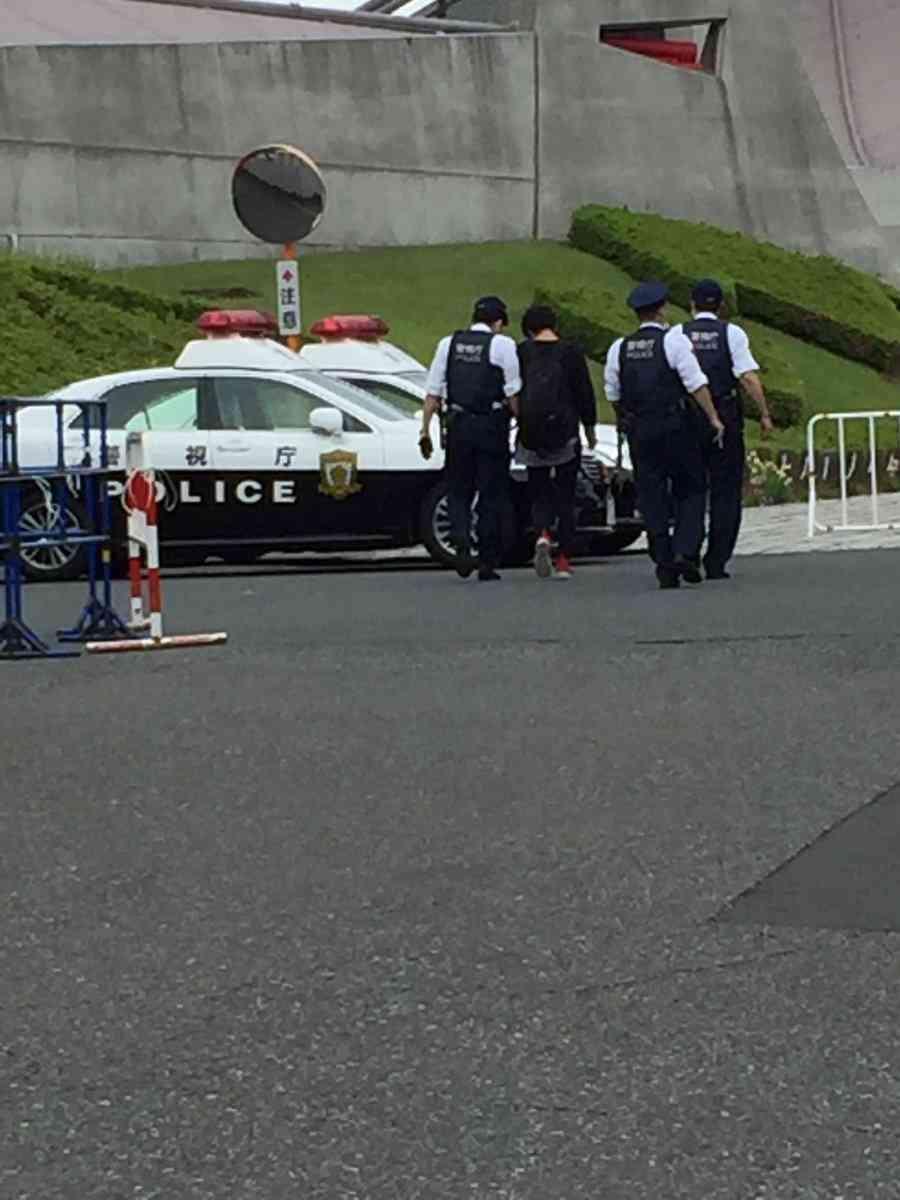 乃木坂46のライブに転売チケットで入ろうとしたファンが通報され警察に連れて行かれる 身分証明用の公文書偽造で