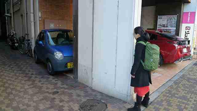 建物と柱ギリギリに挟まれている車があった - デイリーポータルZ:@nifty